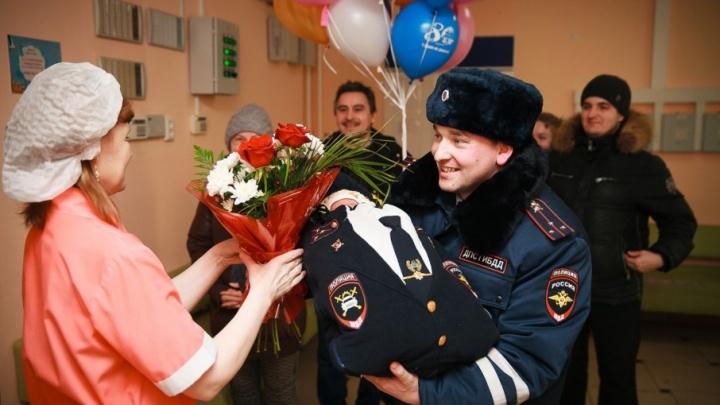 Тюменский полицейский оригинально встретил жену с дочкой из роддома, подарив новорожденной «служебную форму»