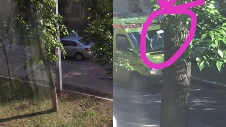 В Ярославле парень бросался под машины и пробил головой лобовое стекло скорой