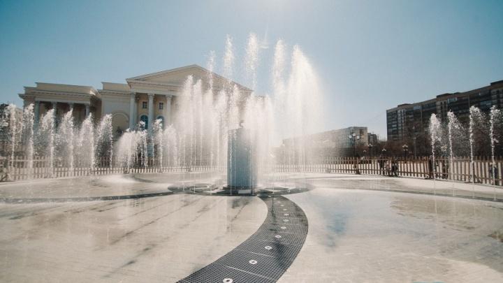 132 струи, подсветка, музыка и водный экран: на площади 400-летия Тюмени настраивают новый фонтан