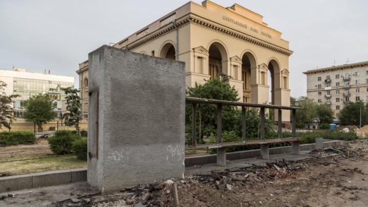 В центре Волгограда сносят главную доску почета города
