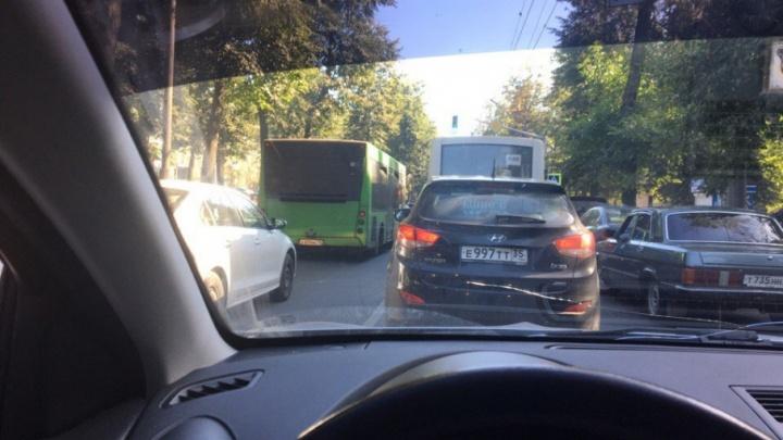 Центр Ярославля встал в пробку перед праздничной линейкой