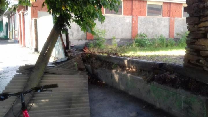 Залитые улицы и снесенные заборы: как бушевала непогода в Ростовской области