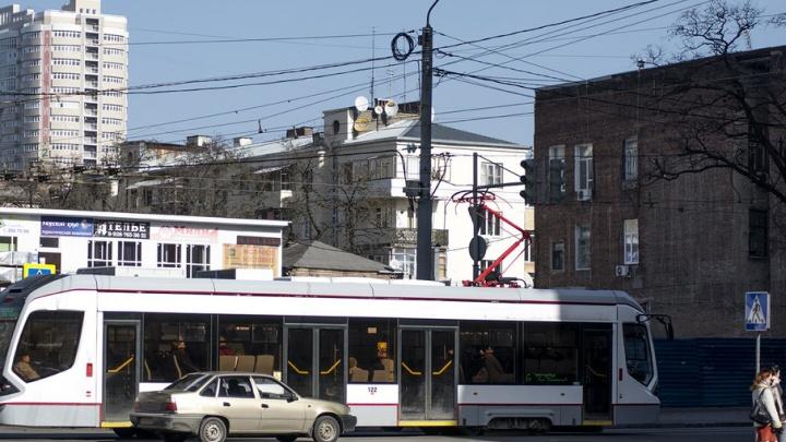 Очевидцы: на площади Карла Маркса у низкопольного трамвая заклинило колеса