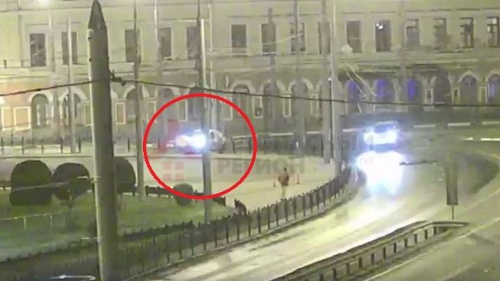 Появилось видео, как ярославский таксист впечатался в позолоченный забор