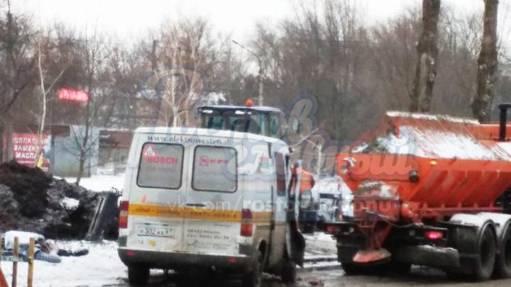 В Ростове микроавтобус врезался в снегоуборочную машину: погиб человек