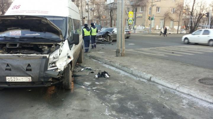 BMW и маршрутка столкнулись в центре Челябинска