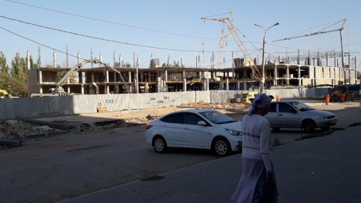 Очевидцы сообщили об обрушении опор на стройплощадке торгового центра в Волгограде