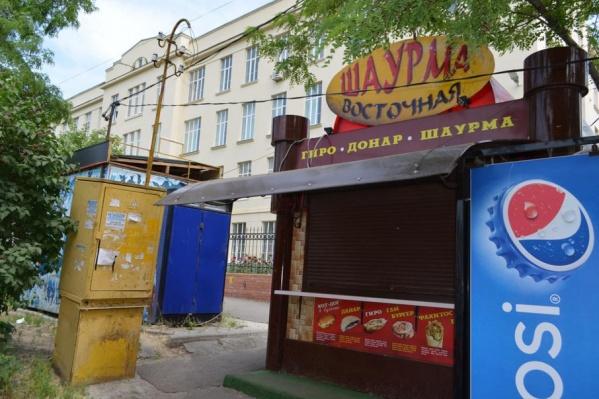 В Новочеркасске во время рейда ларьки с шаурмой оказались закрыты