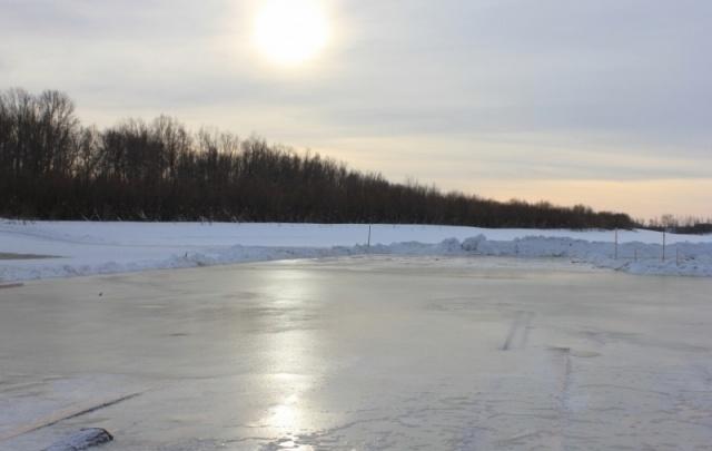 Жителей Тюменской области просят не выезжать на весенний лед на машинах и снегоходах