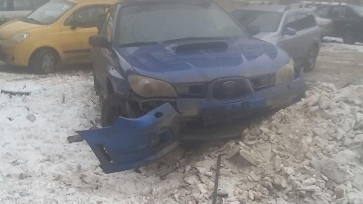 На Уралмаше нашли разбитую Subaru - такую же со сбежавшим водителем искали после аварии на Восточной