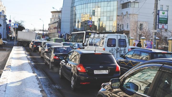 Тюмень снова встала в 9-балльной пробке: пешеходы обгоняют автомобили