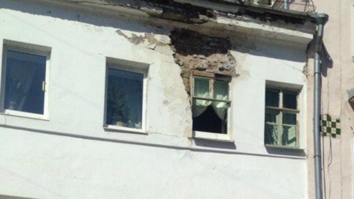 От здания в центре Ярославля отвалился огромный кусок стены