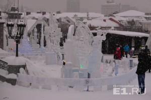 Мастера делали ледовые скульптуры несколько дней.