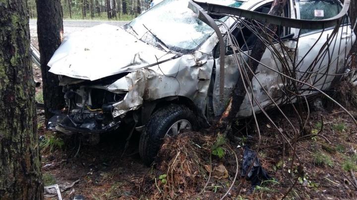 Пьяный водитель раскурочил под Тюменью иномарку, врезавшись в дерево
