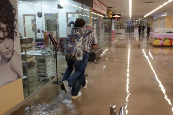 В «Солнечном» вода добралась до магазинов, расположенных на первом этаже