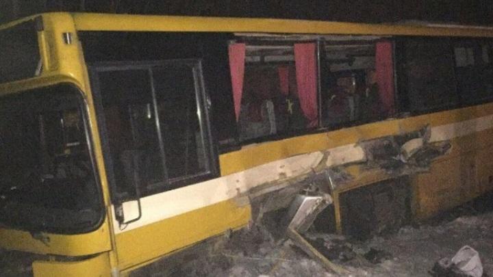 На трассе Архангельск —  Северодвинск при столкновении грузовика с автобусом погибла женщина