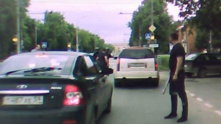 В Перми полиция разыскивает водителя и пассажира белой иномарки, избивших мотоциклиста битами