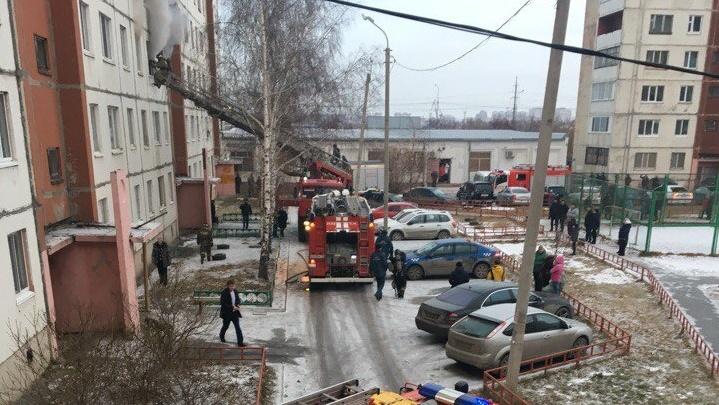 З8 человек эвакуированы, трое спасены: в многоэтажке на улице Домостроителей загорелась квартира