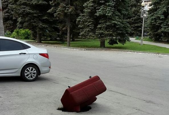 Челябинские коммунальщики залатают колодец, ставший хитом в Сети благодаря креслу
