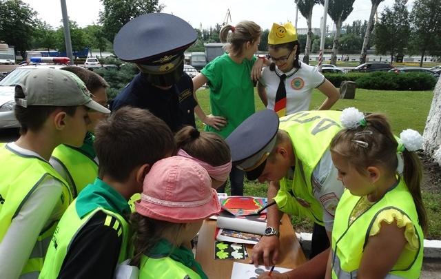 В Ростове полицейские устроили для детей акцию «Безопасное лето»