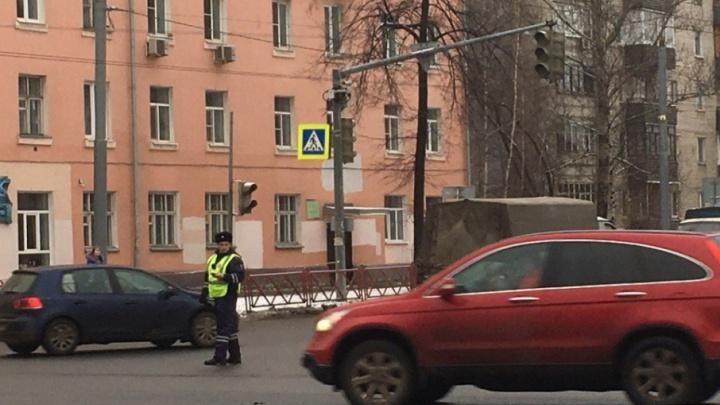 В центре Ярославля отключившийся светофор устроил хаос на дороге