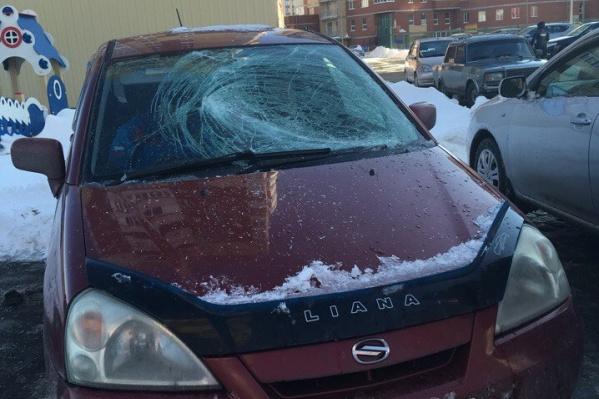 С крыш тюменских многоэтажек начал активно падать скопившийся снег. От схода таких лавин уже пострадали несколько автомобилей, припаркованных поблизости
