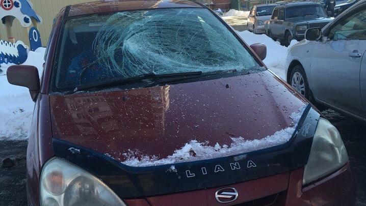 Осторожно, лавиноопасные крыши: тюменцы делятся фотографиями разбитых машин, сосулек и снежных глыб