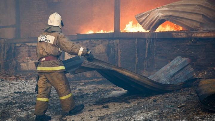 В Волжском на судоремонтном заводе горел сухогруз
