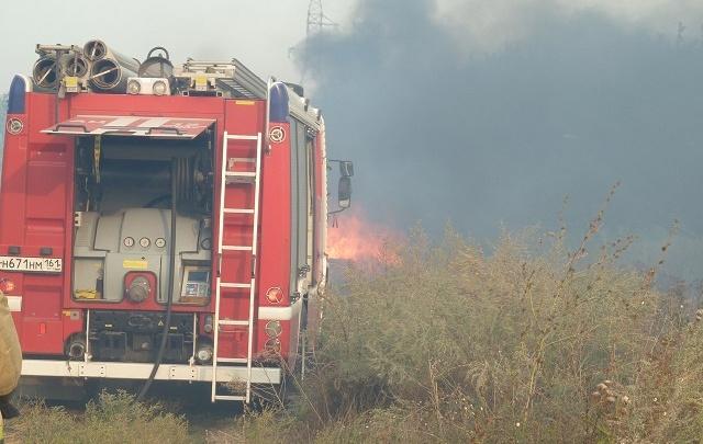 Под Ростовом всю ночь тушили пожар на площади 8 гектаров