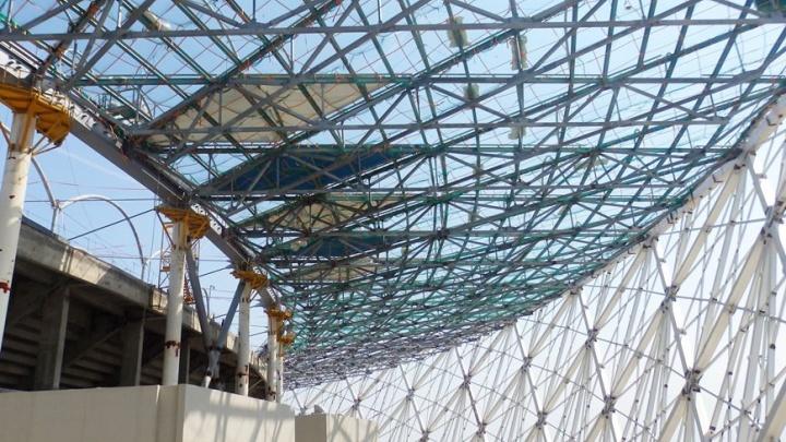 На кровлю стадиона «Волгоград Арена» начали монтировать самоочищающуюся мембрану