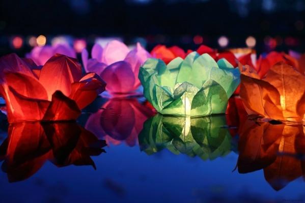 В пятницу на Городском пруду запустят светящиеся бумажные фонарики, которые исполняют желания.