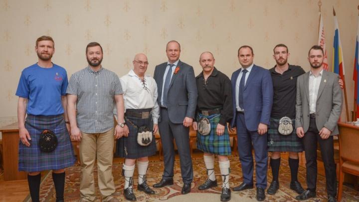 Шотландцы, участвующие в казачьих играх, договорилась с Виталием Кушнаревым о проведении бизнес-форума