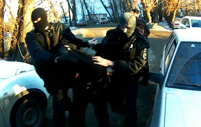 Задержание бандитов, вымогавших с ружьём деньги у южноуральцев, сняли на видео