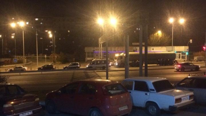 Тюменец поругался с работодателем, бросил бензовоз поперек дороги и сообщил об угоне
