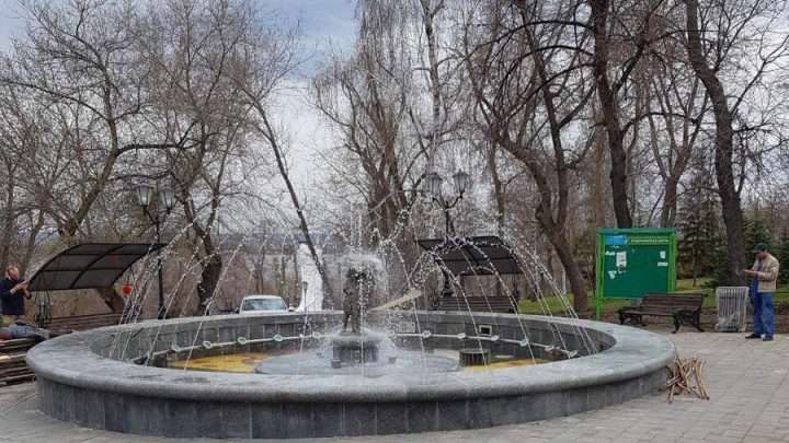 С обновленной чашей: в Струковском саду протестировали фонтан «Мальчик и девочка»