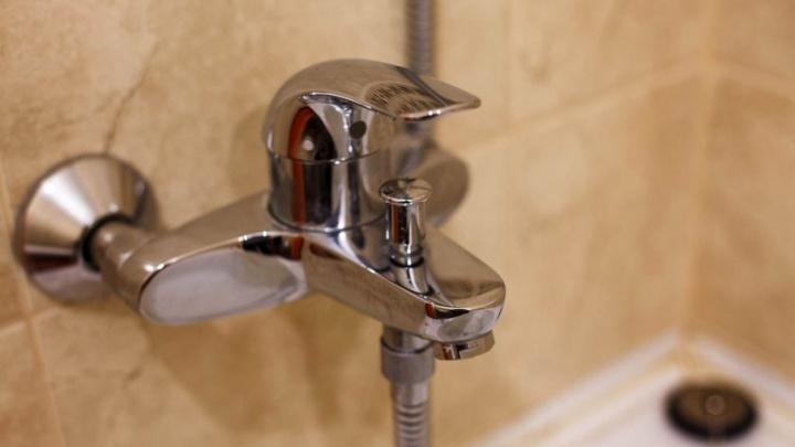 Жители многоэтажки в Зареке остались без воды из-за соседа, в квартире которого прорвало трубу