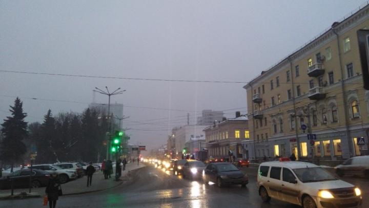 Погодная аномалия: предновогоднюю Пермь заволокло туманом