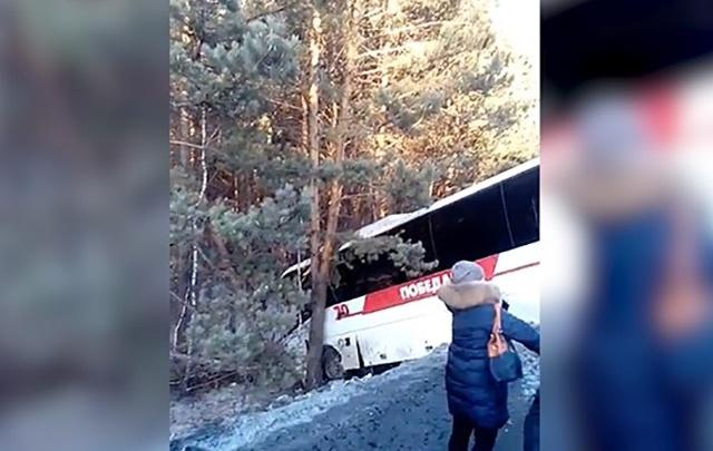 Пассажирский автобус, съехавший в кювет в Челябинской области, попал на видео