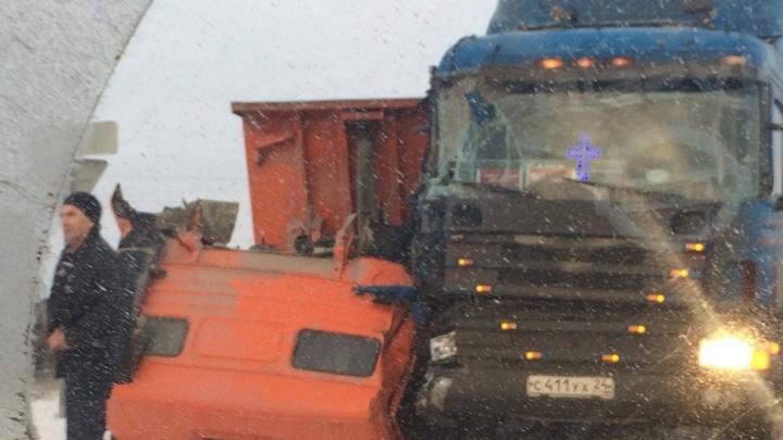 Под Тюменью столкнулись два грузовика, от удара у самосвала отвалилась кабина