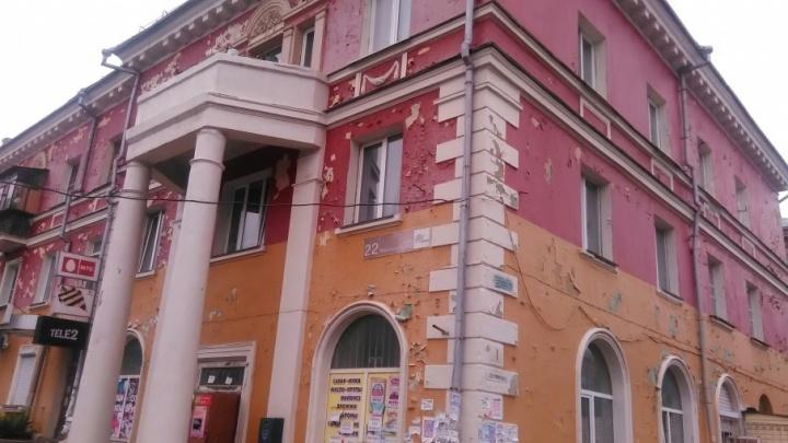 «Написали в Москву»: челябинцы выбивают деньги на ремонт домов, выкрашенных к приезду Путина