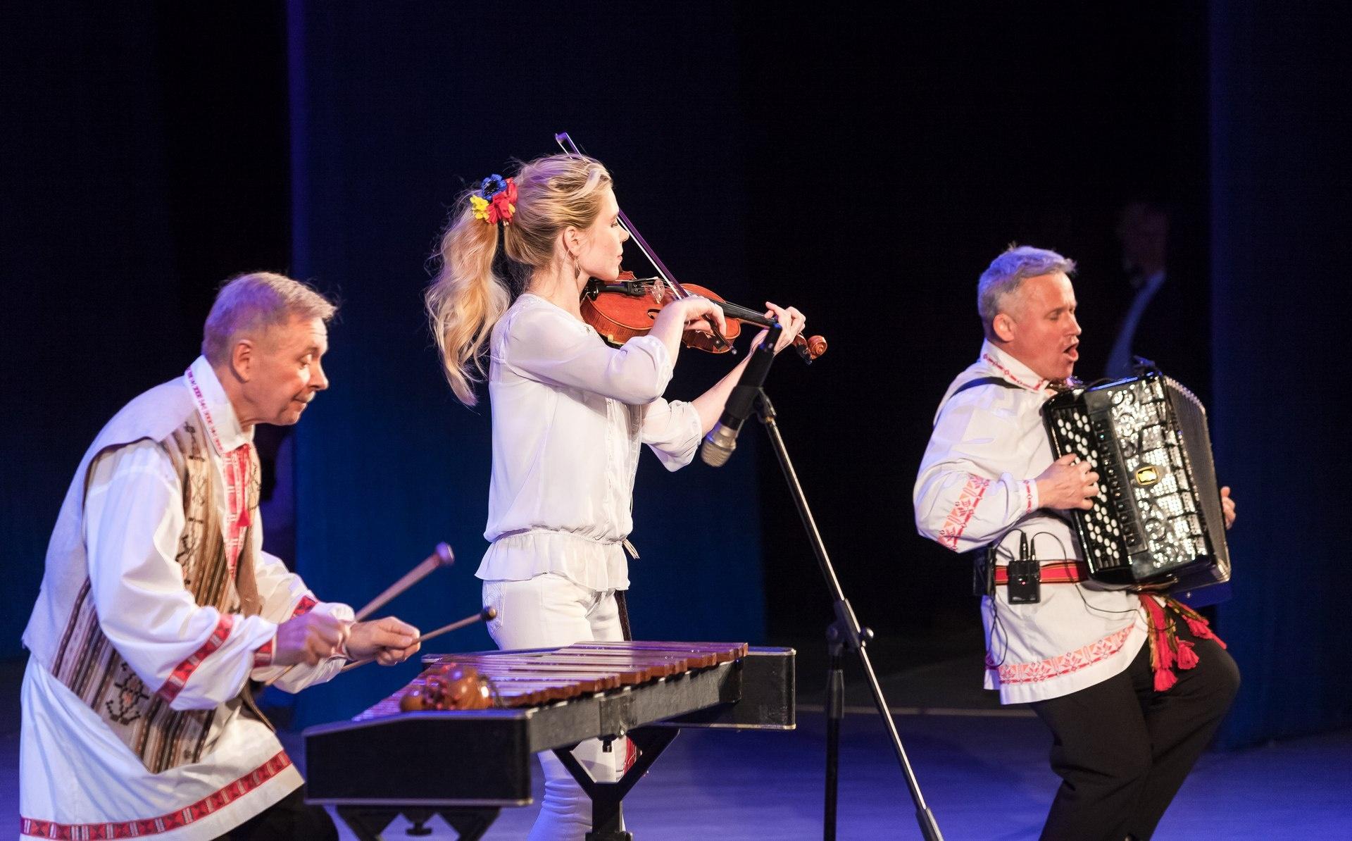 Солисты оркестра привезли с собой и «народные» инструменты – чугунки, поленья, пилу