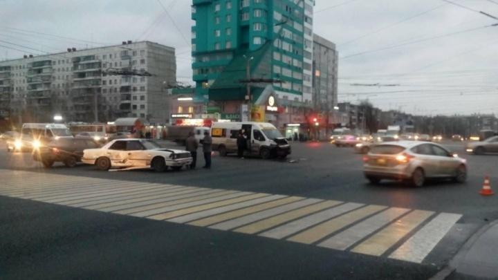 Проскочить не удалось: в Челябинске водитель маршрутки протаранил иномарку