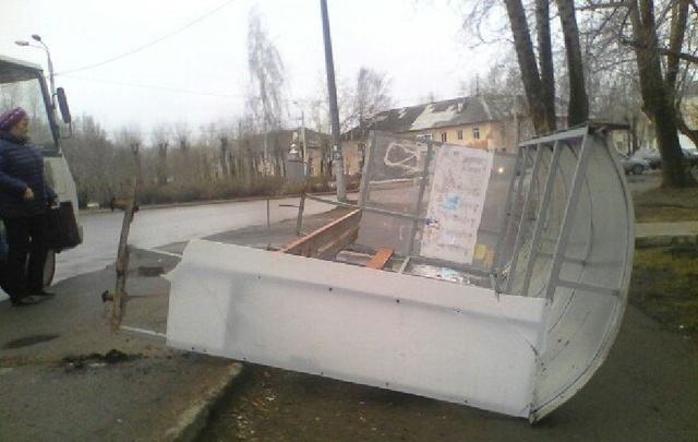 В Перми порыв ветра опрокинул остановку