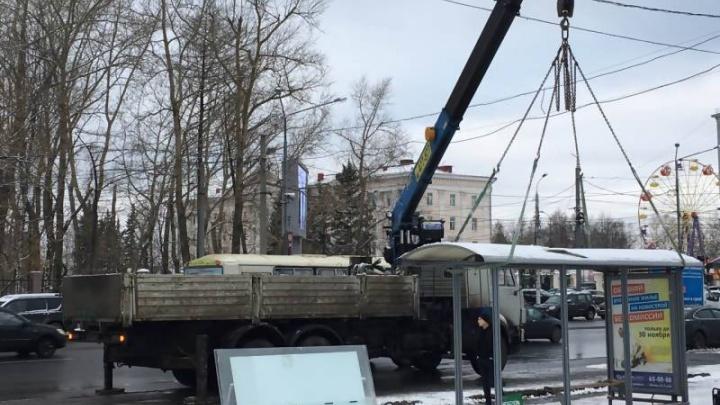 На площади Ленина началась замена остановочных комплексов