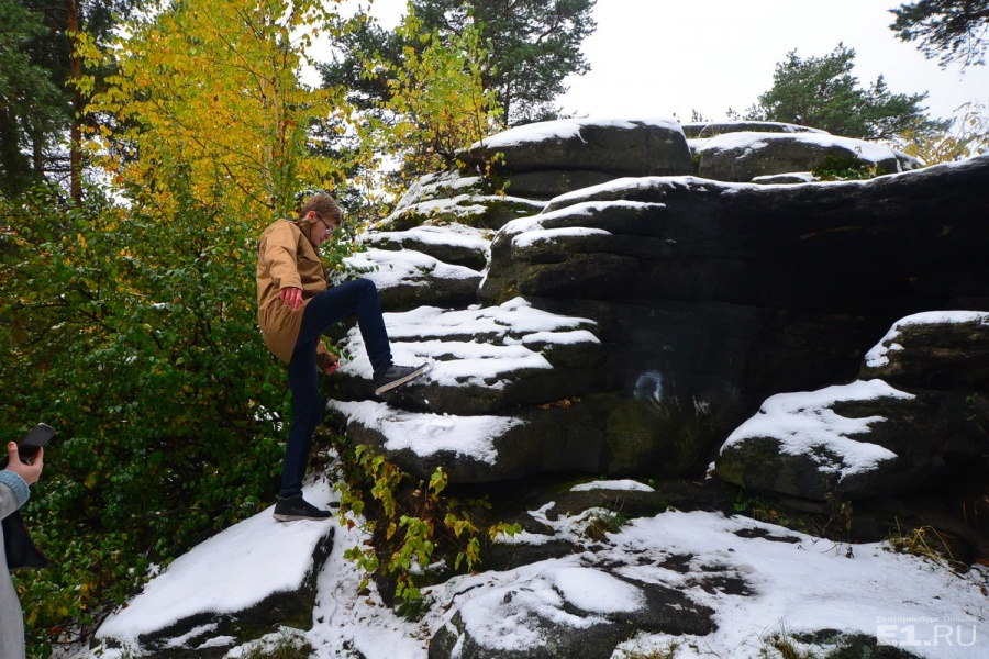 Забираться на камни из-за тонкого слоя снега скользко.