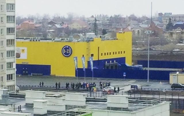 Гипермаркет на Тополиной аллее оцепили полиция и МЧС