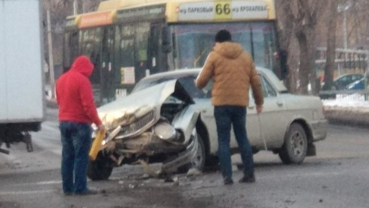 «Водитель в рубашке родился»: в Перми «Волга» столкнулась с автобусом