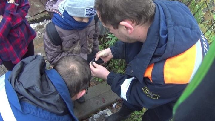 Спасатели вытащили руку мальчика из дверного замка
