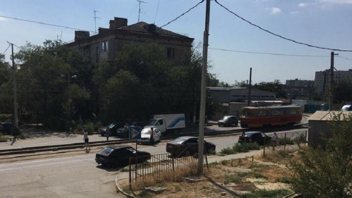 На севере Волгограда «Шевроле» остановил движение трамваев №13