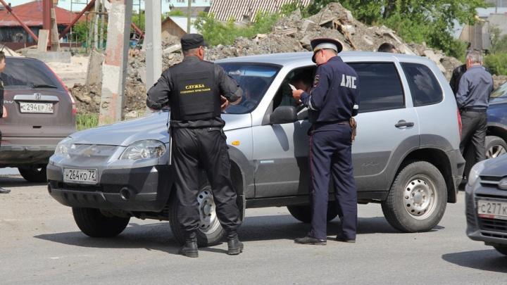 На дорогах Тюмени продолжают искать должников: за пару часов арестовали 44 машины